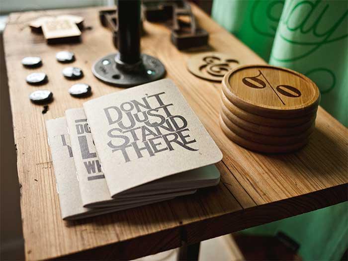foto-gratis-cuaderno-madera