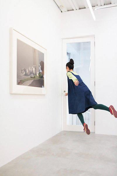 levitando-junto-a-puerta