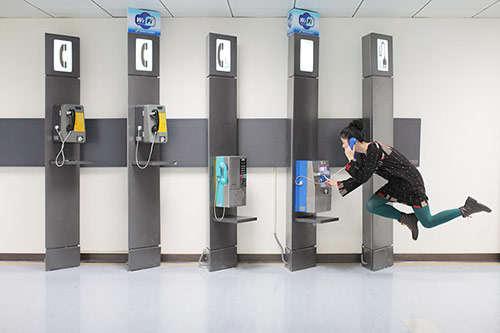 volando-mujer-telefonos